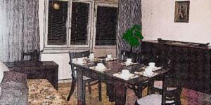 Schiță Camera de zi, cu mobilă masivă de nuc pentru sufragerie și living.